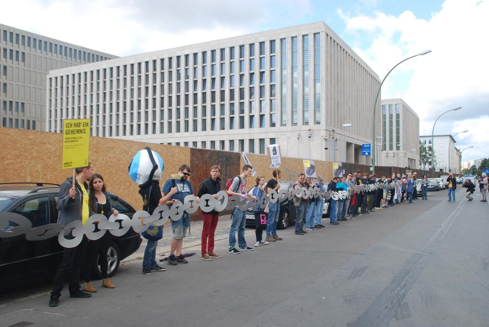 Menschenkette vor dem BND. Bild HU Kampa (CC BY-NC)