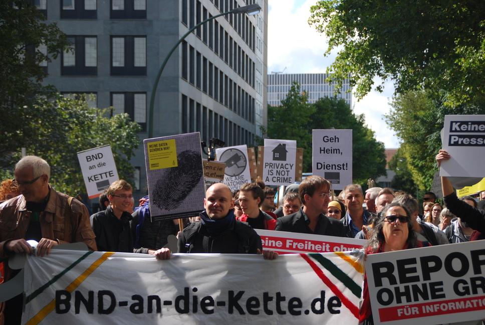 Demonstrationszug vor dem BND. Bild HU Kampa (CC BY-NC)